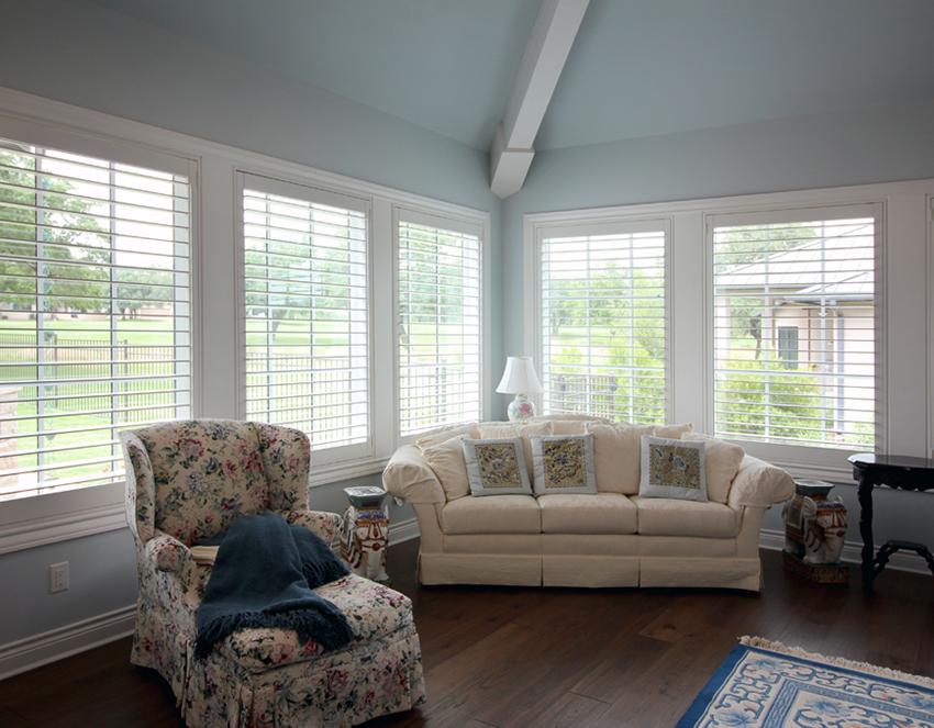 living room open white plantation shutters Leander 78641